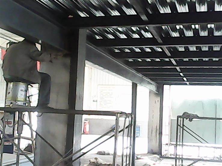 钢结构加固的主要方法有:减轻荷载、改变计算图形、加大原结构构件截面和连接强度、阻止裂纹扩展等。当有成熟经验时,也可采用其他的加固方法。经鉴定需要加固的钢结构,根据损害范围一般分为局部加固和全面加固。局部加固是对某承载能力不足的杆件或连接节点处进行加固,有增加杆件截面法、减小杆件自由长度法和连接节点加固法。全面加固是对整体结构进行加固,有不改变结构静力计算图形加固法和改变结构静力计算图形加固法两类。增加或加强支承体系,也是对结构体系加固的有效方法。增加原有构件截面的加固方法是最费料最费工的方法(但往往是可行